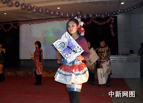 """河南大学学生""""diy""""环保时装秀 废旧物品成前卫时装"""
