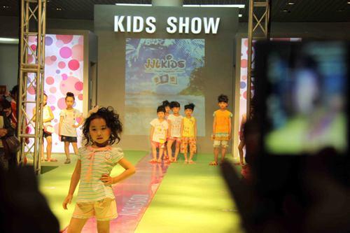 儿童服装走秀在石狮展览中心亮相 掀起最新款式流行热潮图片
