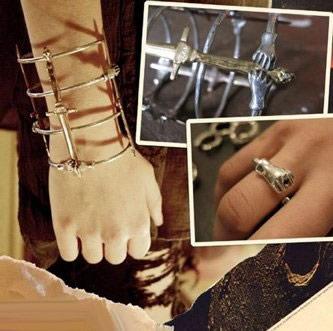 哥特风格珠宝设计师帕米拉·洛芙