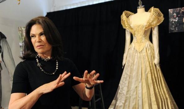 近日,随着童话影片《白雪公主与猎人》的各地热映,时装界再掀华丽的宫廷复古风!  服装设计师Colleen Atwood 据悉,影片中白雪公主与后妈的华丽造型均出自奥斯卡最佳服装设计师Colleen Atwood,一个高贵纯洁,一个邪恶傲慢,将两个主要人物形象烘托得更为旗帜鲜明。  服装设计师Colleen Atwood  《白雪公主与猎人》华丽造型  《白雪公主与猎人》华丽造型