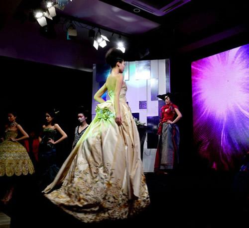 """服装设计师协会联合主办的""""时代映像——中国时装艺术1993-2012""""展览"""