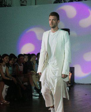 """新加坡莱佛士设计学院学生举办""""惹火""""男士时装秀-服装"""