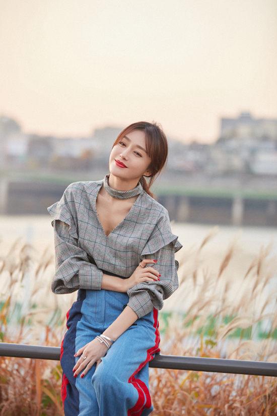 秦岚身穿格子上衣蓝色阔腿裤拍写真 气质恬静优雅sun jan 27 2019 16