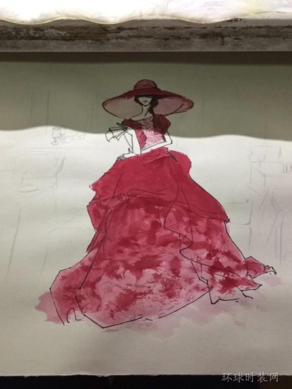 红色礼服热情奔放,容易吸引人的目光,大裙摆的设计,尽显优雅妩媚,帽子