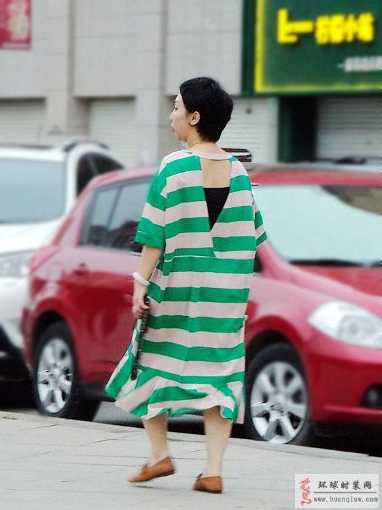 街拍-白绿相间条纹连衣裙-薇薇