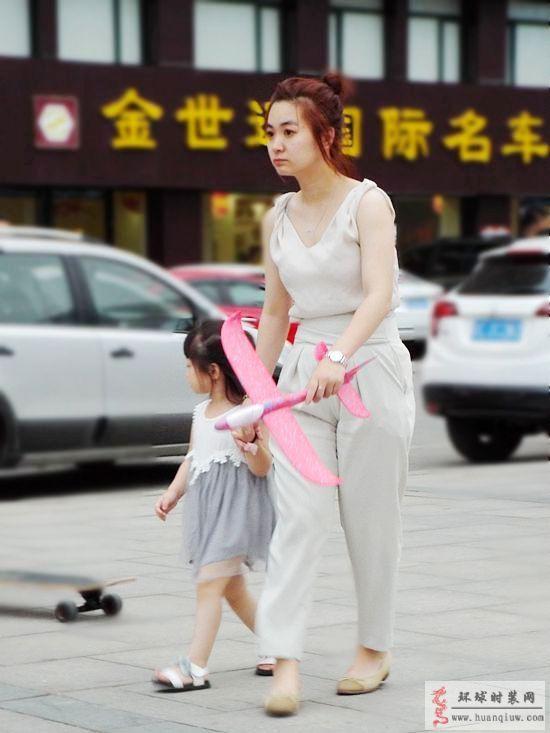 街拍-穿连体裤的妈妈-薇薇